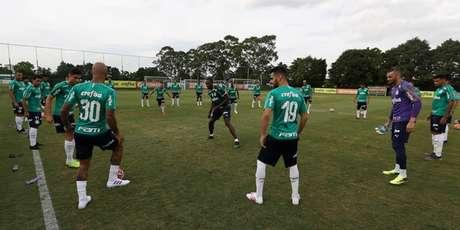 Usain Bolt visitou a Academia de Futebol nesta sexta-feira e participou do aquecimento (Agência Palmeiras)