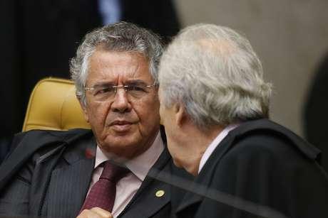 Ministro Marco Aurélio Mello conversa com o ministro Ricardo Lewandowski no plenário da corte do STF, em Brasília