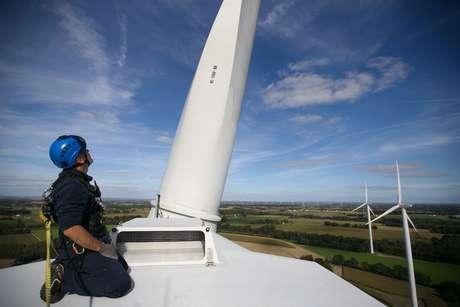 Técnico da Engie verifica torre eólica na Bretanha REUTERS/Stephane Mahe
