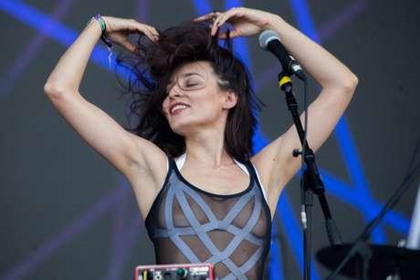 A cantora Salma Jô, do Carne Doce, fez um show vibrante e sensual