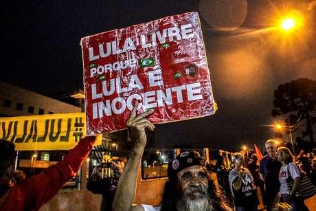 Manifestação a favor do presidente Lula em Curitiba um ano após a prisão