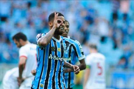 André comemora seu gol, o segundo da partida (Foto: Fernando Alves/Photo Premium)