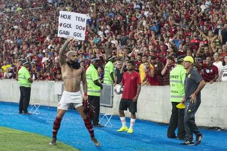 Gabigol comemora com cartaz gol do Flamengo contra o Fluminense pela semifinal do Campeonato Carioca