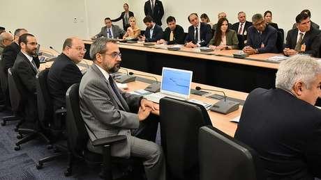 Weintraub (ao centro, de terno cinza) foi um dos integrantes da equipe da transição de governo