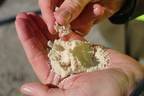 Por meio do uso de químicos, CO2 capturado da atmosfera se transforma em grãos de cálcio e, depois, em combustível sintético que pode ser usado no transporte