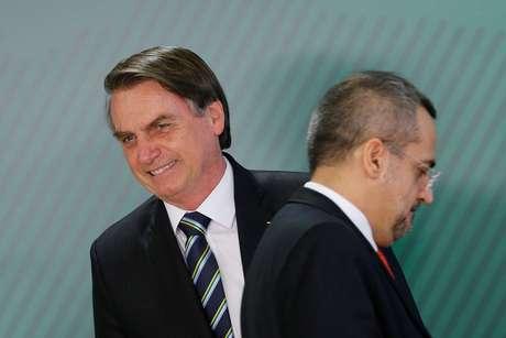 Presidente Jair Bolsonaro e novo minisro da Educação, Abraham Weintraub, durante cerimônia de posse no Palácio do Planalto, em Brasília 09/04/2019 REUTERS/Adriano Machado
