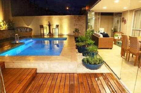 15 – Acima do nível do piso, a estrutura comporta piscina e uma pequena área de estar. Pinterest