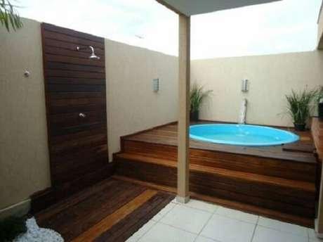 18 – Área de lazer pequena com piscina oval em fibra de vidro. Fonte: Pinterest