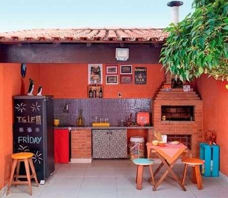 21 – Área de lazer pequena com churrasqueira de alvenaria. Fonte: Muito Chique