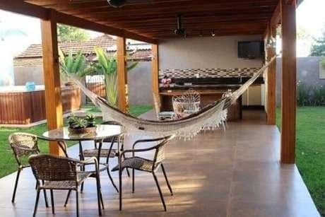 65 – Área de lazer pequena com churrasqueira, rede e piscina. Projeto de Bianca Monteiro