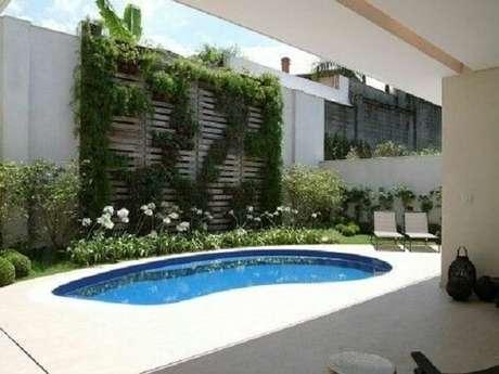 25 – Área de lazer pequena com piscina de alvenaria. Fonte: Banheira SPA