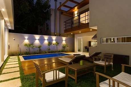 14 – Área de lazer com piscina e churrasqueira pequena. Projeto de Otoni Arquitetura