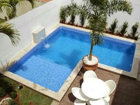 26 – Área de lazer pequena com piscina em L de alvenaria. Fonte: Pinterest