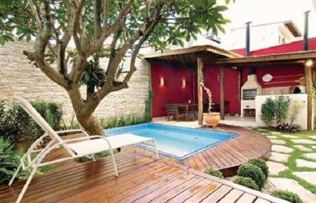 27 – Área de lazer pequena com piscina instalada sob deck de madeira. Fonte: Dcore Você