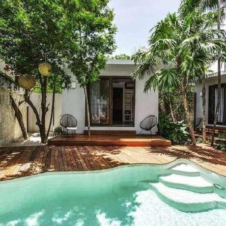49 – Área de lazer com piscina pequena em formato irregular com degraus. Fonte: Pinterest
