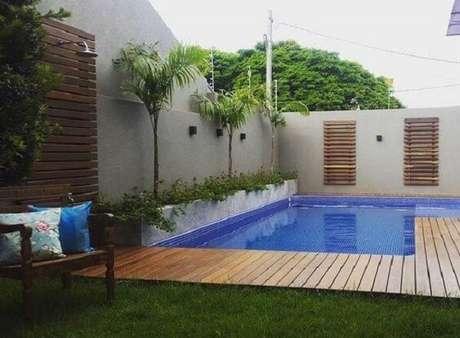 30 – Área de lazer pequena com piscina em deck de madeira interligando ambientes. Fonte: Tua Casa