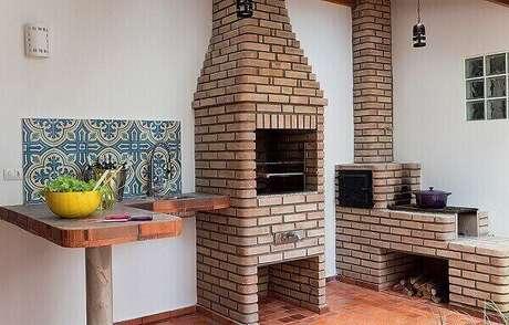6 – Área de lazer pequena com churrasqueira de alvenaria e fogão a lenha