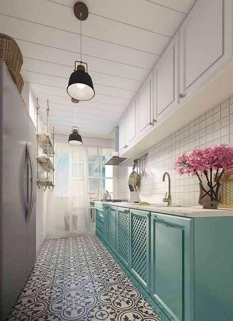 17. Cozinha corredor decorada com armário verde água e piso de ladrilho hidráulico – Foto: Archzine