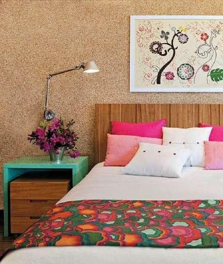 18. Decoração para quarto com cabeceira de madeira e criado mudo verde água – Foto: Claudinha Stoco