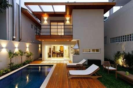 1 – Área de lazer pequena com deck de madeira. Projeto de Otoni Arquitetura