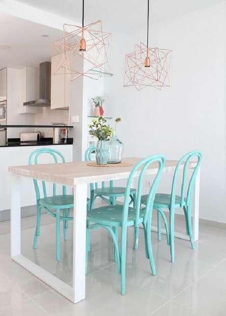 19. Decoração clean para sala de jantar com luminária rose gold e cadeiras na cor verde água – Foto: Decoración Sueca
