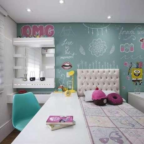 20.Decoração para quarto de solteiro com cadeira e parede verde água – Foto: Yellowhome