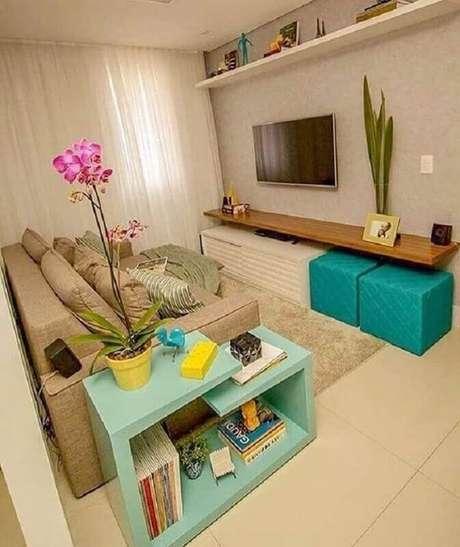 24. Sala de estar decorada em tons neutros com mesa lateral e puffs em tons de verde água diferente – Foto: Pinterest