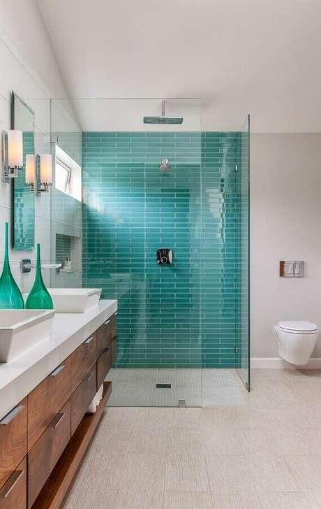 25.. Decoração para banheiro verde água e branco com gabinete de madeira – Foto: The Cavender Diary