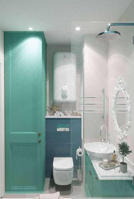 28. Decoração para banheiro verde água com espelho branco provençal – Foto: Pinterest