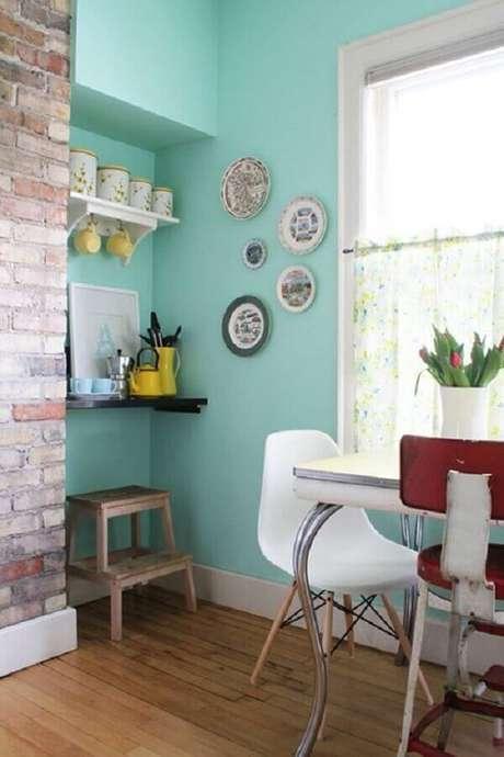 29. A decoração da sala de jantar ficou muito mais interessante com a parede de tijolinho e a parede com tinta verde água – Foto: House of Jade Interiors