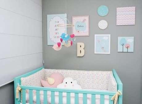 31. Decoração para quarto de bebê com berço verde água e vários quadrinhos na parede – Foto: Casa e Construção