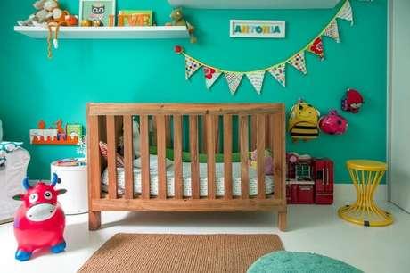 33. Utilize a decoração verde água com um mix de outras cores para um quarto infantil mais divertido – Foto: NaToca Design