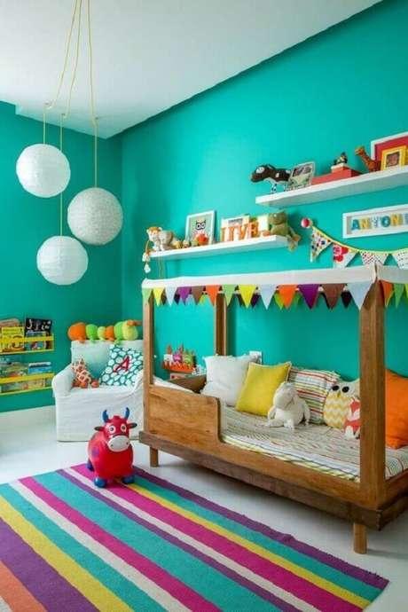 14. Utilize um mix de cores junto com o verde água e garante um quarto infantil com uma decoração bem divertida – Foto: Decoração de Casa