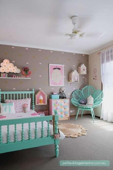 35. Decoração verde água e rosa e cinza para quarto infantil divertido – Foto: Petite Vitage Interiors