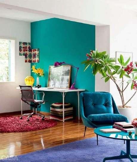 40. Decoração para sala integrada com home office com parede verde água – Foto: Pinterest