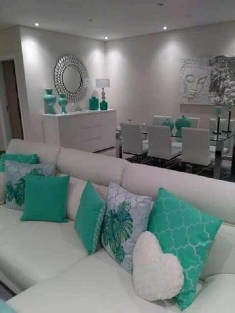 41.. Sala toda branca decorada com tons de verde água nos objetos – Foto: Pinterest