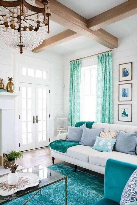 42.. Decoração para sala de estar verde água e branca com vigas de madeira no teto – Foto: Letter Sample