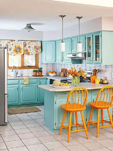 44. Na decoração retrô para cozinha verde água as banquetas amarelas foram responsáveis por deixar o ambiente mais alegre – Foto: Home Decoration Ideas