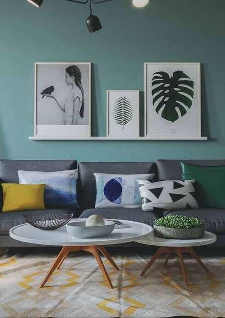 45. Parede verde água para sala de estar cinza com mesa de centro redonda – Foto: HouseHub