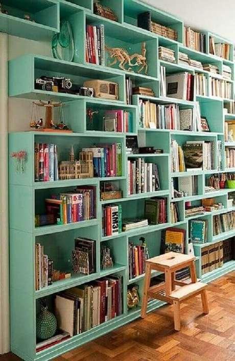 48. Estante de livros planejada na cor verde água – Foto: Air Freshener