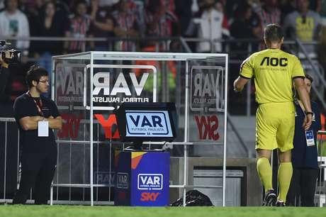 O árbitro Vinicius Furlan consulta o VAR durante a primeira partida entre São Paulo e Palmeiras, pela semifinal do Campeonato Paulista 2019