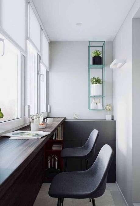 52. Nesse home office pequeno a cor verde água foi utiliza apenas no nicho – Foto: Pinosy