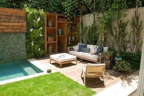 70 – Aposte no jardim vertical na área da piscina