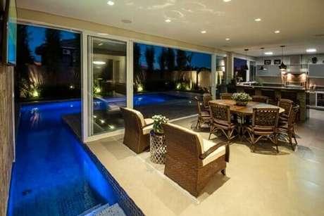 53 – Nesse projeto a piscina adentra a área gourmet. Fonte: Decor e Salteado