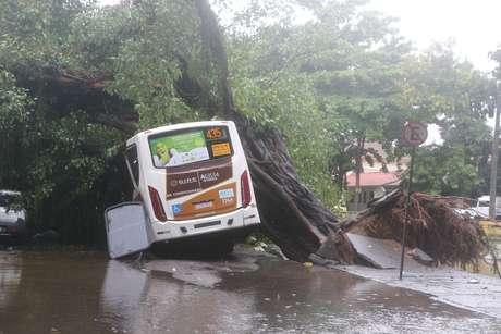 Carros são atingidos devido a forte chuva na cidade do Rio de Janeiro, nesta terça-feira (9)
