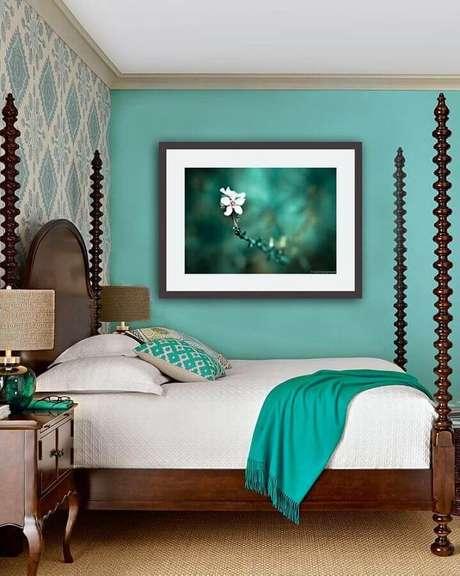 56. Parede verde água para decoração de quarto de casal com móveis de madeira e papel de parede – Foto: Etsy