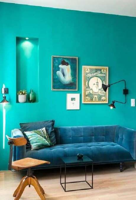 12. Decoração para sala com parede verde água e sofá azul – Foto: Pinterest