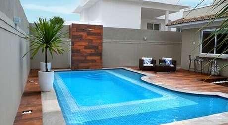 56 – Área externa com piscina em formato irregular e degraus. Fonte: Henrimar