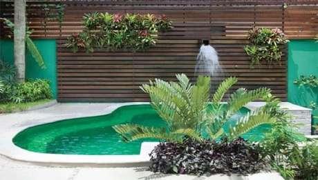 11 – Área de lazer pequena com piscina em fibra de vidro. Fonte: Pinterest