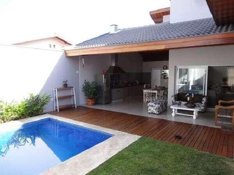 58 – Área externa com piscina e churrasqueira. Fonte: Homify Brasil